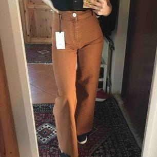 Säljer ett par skitsnygga jeans ifrån Zara från höstens kollektion. Byxorna är raka i modellen och alla prislappar är kvar = aldrig använda. De är en 34a i storleken men är själv en 36:a! Så jag själv anser att de passar både en 34 o 36 i storlek.