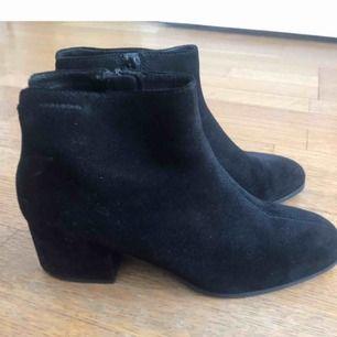 Knappt använda, svarta mocka boots från Vagabond. Storlek 40.
