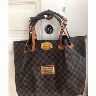 Louis Vuitton kopia väska i ok skick. Ej läder.