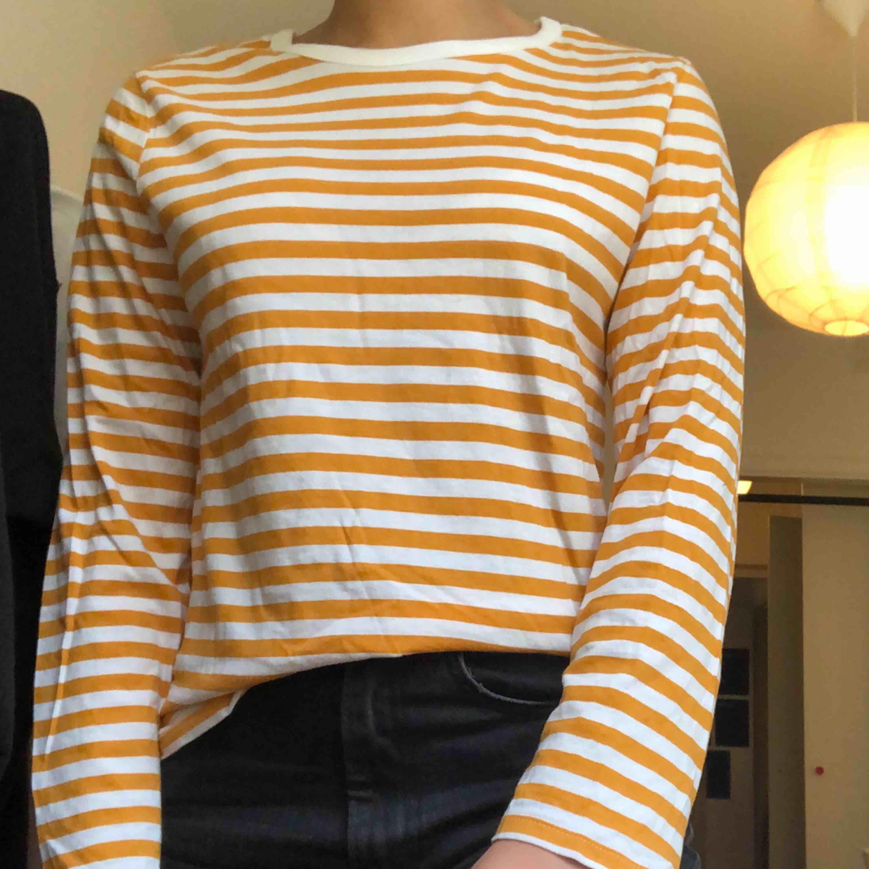 Denna populära randiga tröja från monki. Stolek XS men passar också S. Har ett pyttelitet hål längst ner på tröjan där fram. . Tröjor & Koftor.