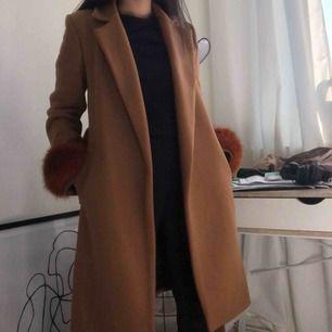 Snyggaste kappan från Zara!! Köpt för 1400 kr och har mog aldrig fått så många komplimanger för något klädesplagg som jag fått på denna. Tyvärr finns det ett hål i ena fickan, därav priset. Men går att sys igen. Frakt tillkommer