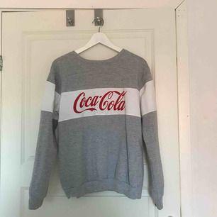 Oanvänd Coca-Cola tröja! Så fint skick, jätte mysig inuti!😍