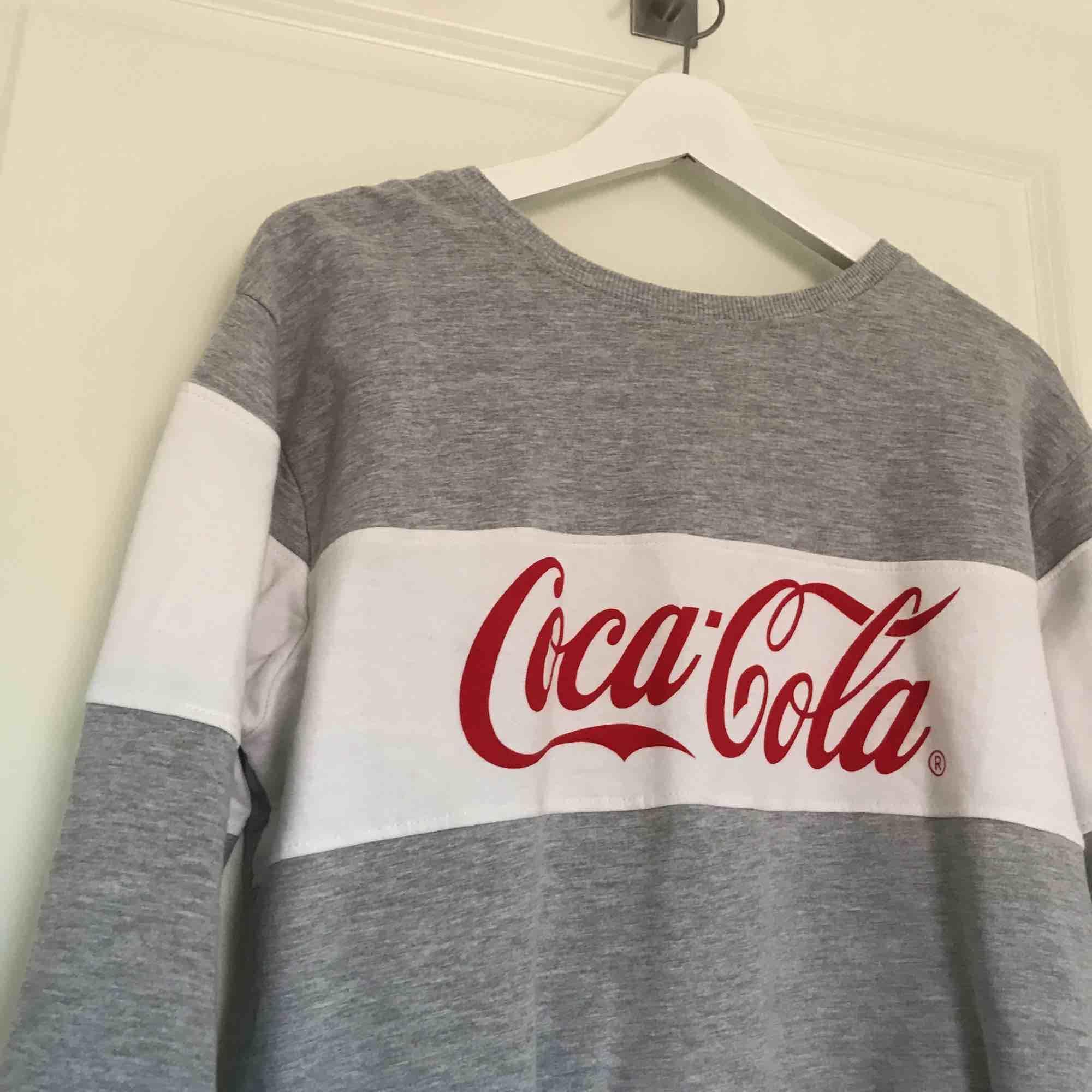 Oanvänd Coca-Cola tröja! Så fint skick, jätte mysig inuti!😍. Huvtröjor & Träningströjor.