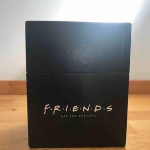 Säljer FRIENDS dvd box då jag aldrig ser på de. Sett säsongerna 1 gång på dvd, alla skivor och säsonger finns med helt fina. Säljs via swish i Stockholm, pris kan diskuteras och prutas ner!