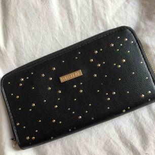 En väldigt fin plånbok från PULL&BEAR med små stjärnor och prickar i guld. Använde den på min bal men sen dess har den bara legat i en låda.