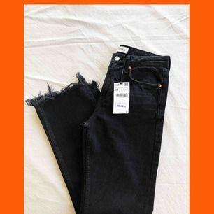 Helt nya jeans från Zara. Fick tyvärr med mig fel storlek hem.  Det är otroligt snygga detaljer nedtill och har en bra passform. Köparen står för frakt.