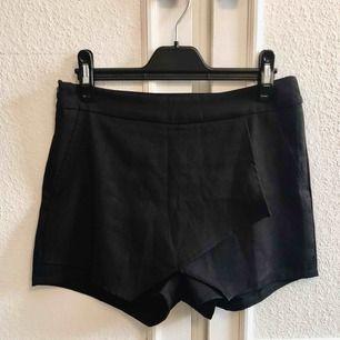Säljer ett par snygga shorts som även ser ut som en kjol framifrån! Knappt använda. Små i storleken, passar en S.