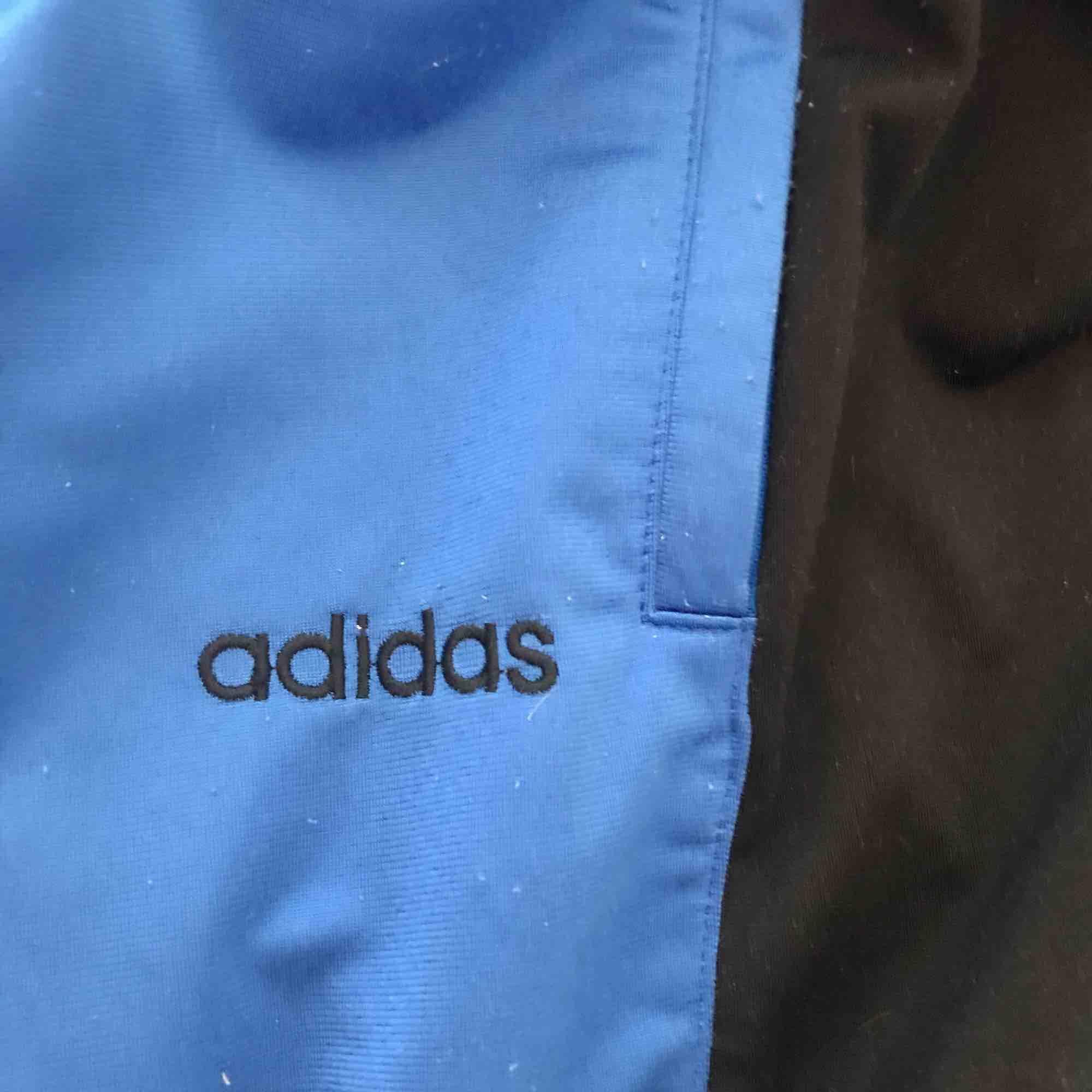 Säljer dessa vintage adidas byxor p g a att jag hittade ett annat par. Köpta på humana för 240 kr. Pris kan diskuteras vid en snabb affär! . Jeans & Byxor.
