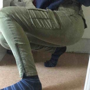 Väldigt fina gröna byxor med fickor och andra coola detaljer. Köpta för 500:-. Kan skicka fler bilder och priset går alltid att diskutera