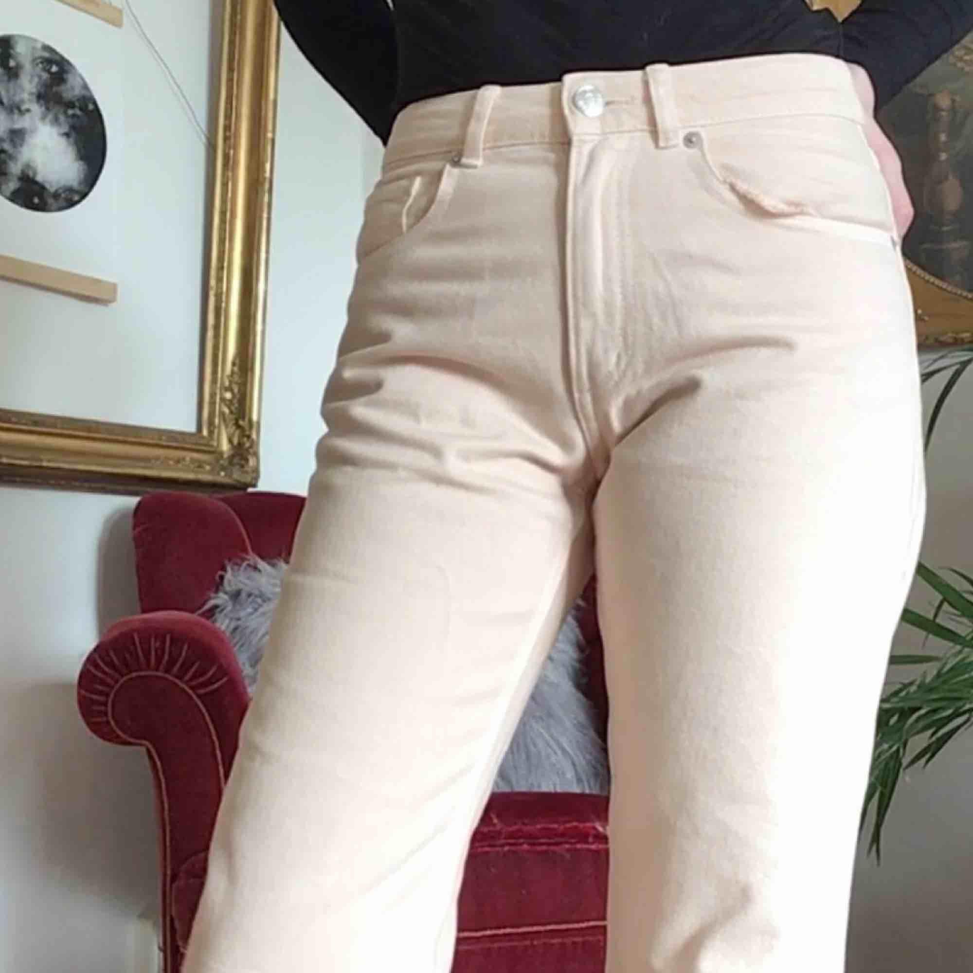 Ett par ljus pastell rosa jeans från Monki 🌸 77 cm i midjan!. Jeans & Byxor.