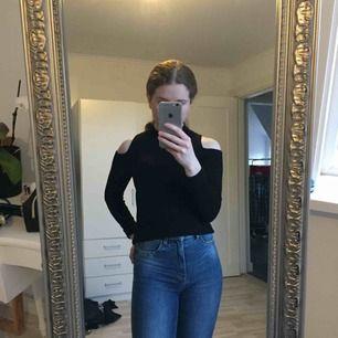 En sort ribbet lidt tykkere skjorte med åbne skuldre. Det er super hyggeligt og hyggeligt, men ikke rigtig mig stil. Det er i god stand. Perfekt nu til forår om aftenen.