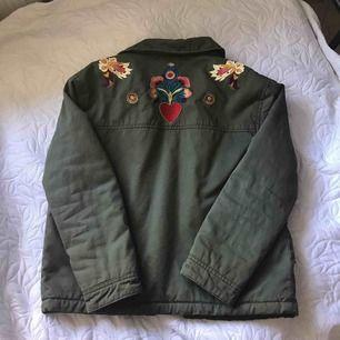 Grön jacka från Zara. Fakeull på överkroppen. Fint skick. Använts några gånger. Kan mötas upp i Linköping. Betalas med swish