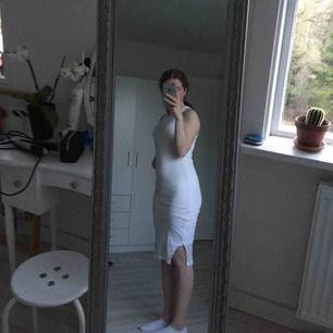 En ribbad tajt vit klänning från bik bok. Den är använd på en skolavslutning sen har den bara legat och skräpat i garderoben. Den är i fint skick.
