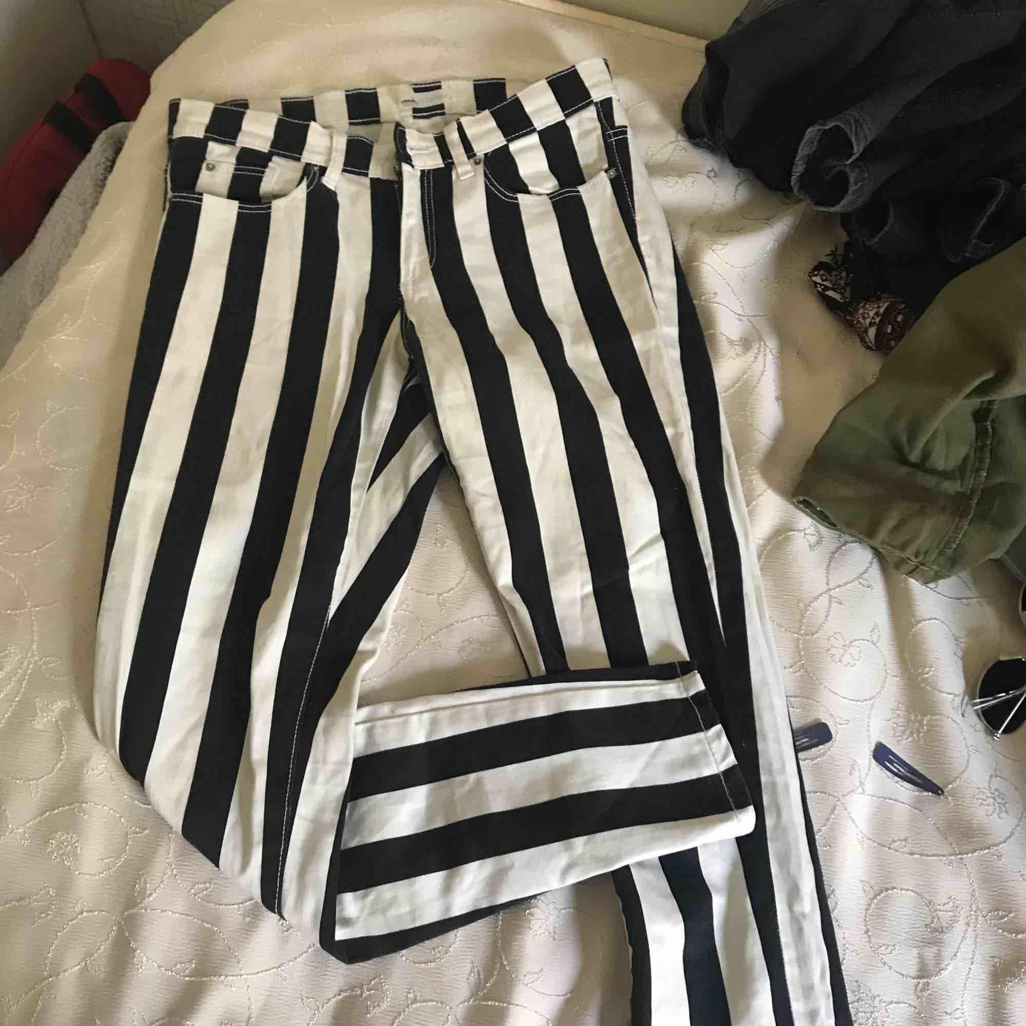 Väldigt fina randiga byxor som tyvärr är för små:( kan skicka fler bilder och priset går alltid att diskutera. Jeans & Byxor.