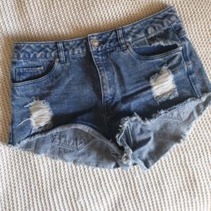 Snygga shorts, avklippta lappar men är själv en 38:a och de sitter bra på mig 😊
