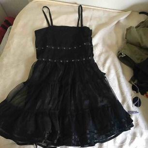 Fin svart goth inspirerad klänning som tyvärr är för liten för mig. Kan Skicka fler bilder och priset går att diskutera