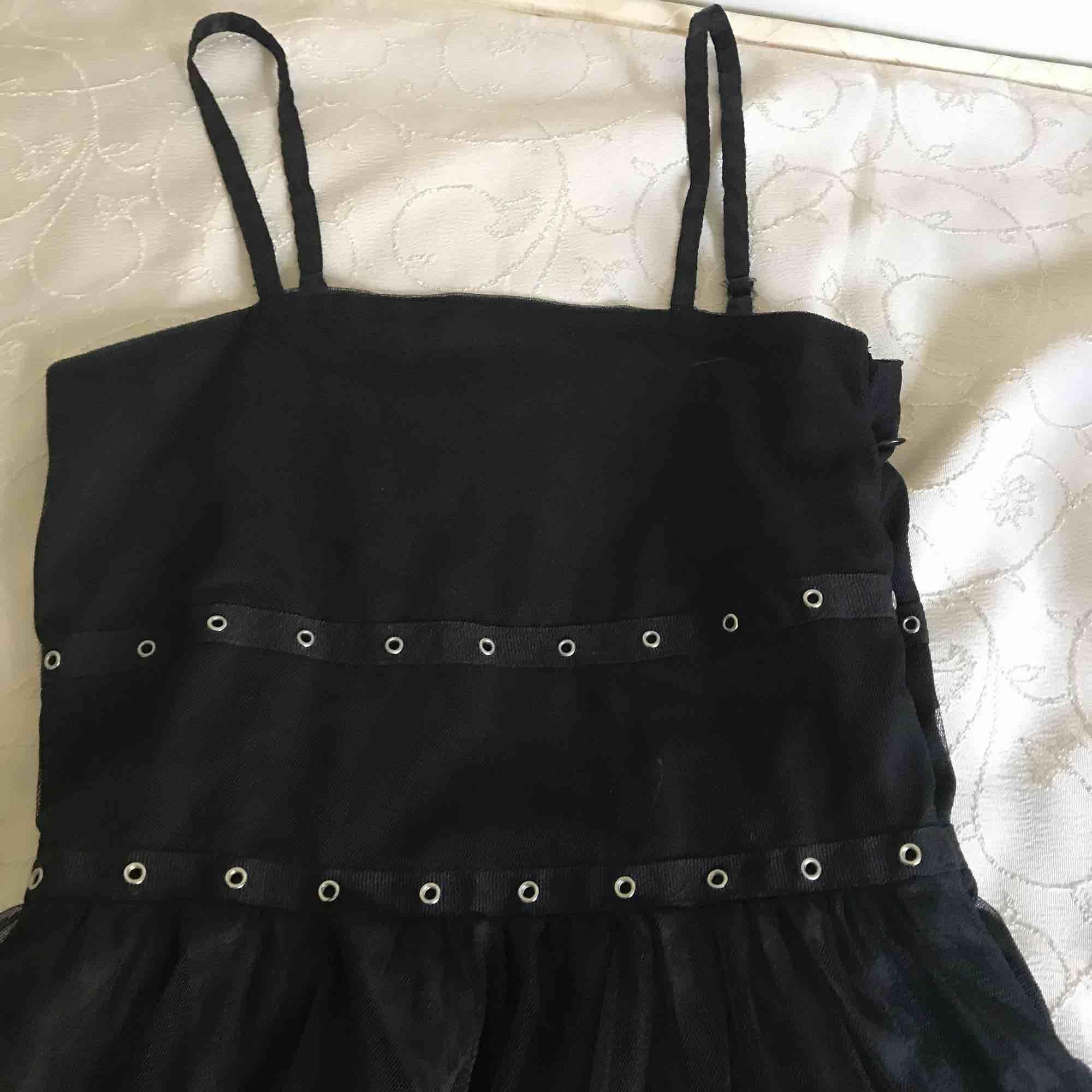 Fin svart goth inspirerad klänning som tyvärr är för liten för mig. Kan Skicka fler bilder och priset går att diskutera. Klänningar.
