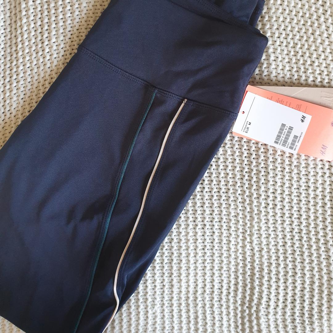 HELT NYA MED TAGS KVAR 🌟  Säljer dessa snygga träningstights ifrån h&m, sitter väldigt snyggt på. Mörkblåa med ränder. Nypris 199:-. Jeans & Byxor.
