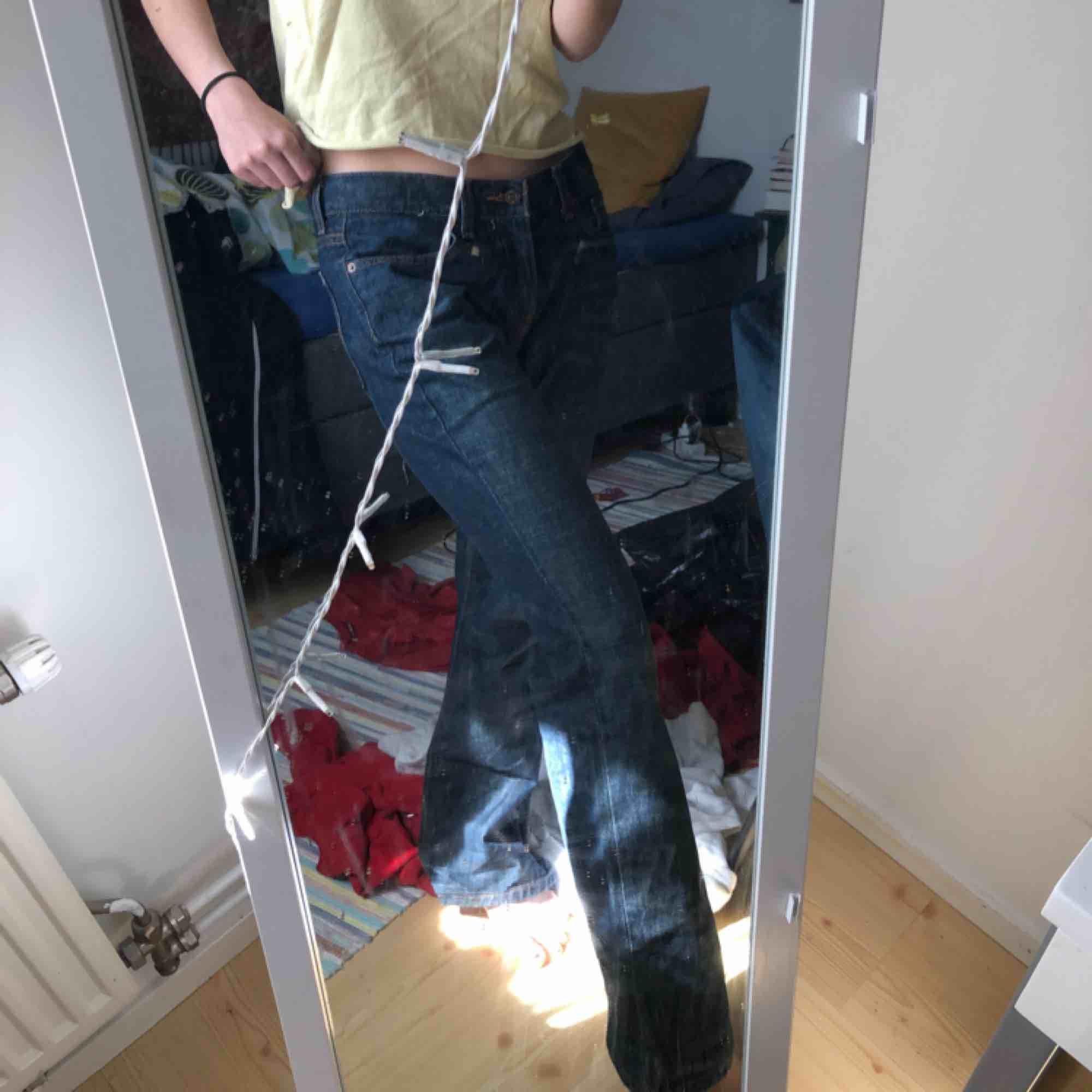 Säljer dessa snygga Levi's byxorna som är helt för stora. Skitsnygg färg och inte för tjocka i materialet så inte för varma heller! . Jeans & Byxor.