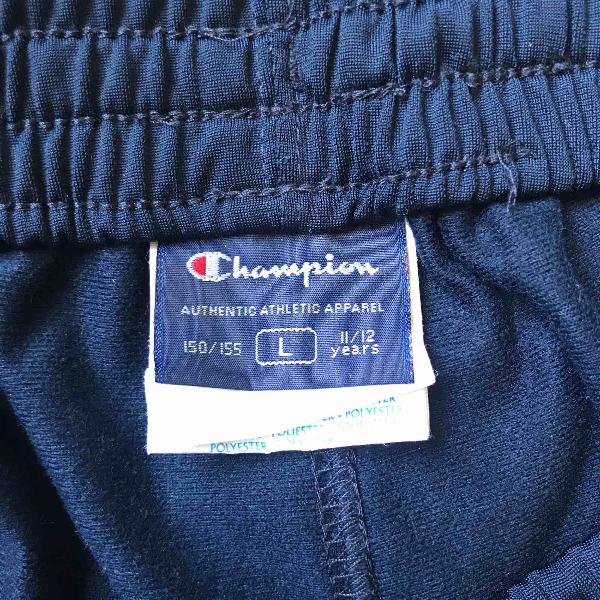 Secondhand track pants från Champion, köpta från Humana! Jättefint skick! Det är egentligen barnstorlek men passar mig som är en S och 162cm lång :-). Jeans & Byxor.