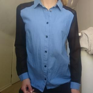 Jeansskjorta med chiffon-ärmar I svart. Perfekt nu till sommaren!