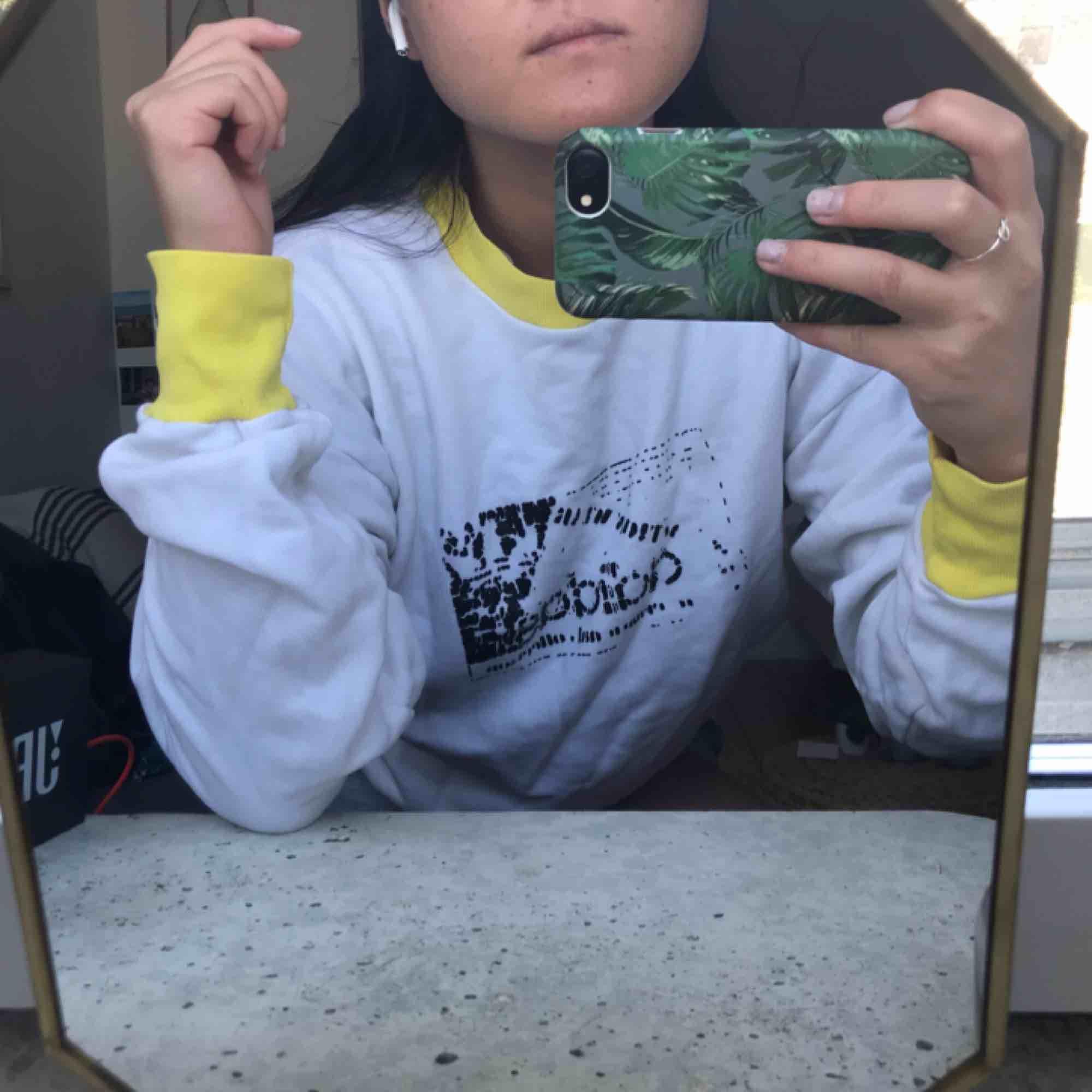 En adidas sweatshirt från Humana (SecondHand), fint skick men slitet tryck! Jag brukar ha S och sitter lite oversize på mig så passar allt från xs till en mindre L! . Huvtröjor & Träningströjor.