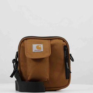 Intressekoll på min älskade Carhartt essentials axelremsväska. Nypris 500kr, väskan är i nyskick. Möts i Stockholm annars står köparen för frakt! Tveka inte på att höra av dig om du har frågor eller önskar fler bilder!