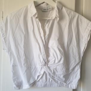 Snygg skjort/blus i kortare modell, med knytdetalj ⭐