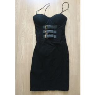 Supercool, svart klänning med remmar fram. Använd en gång!