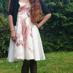 Riktigt tung, fin klänning med dragkedja bak. Perfekt till student!
