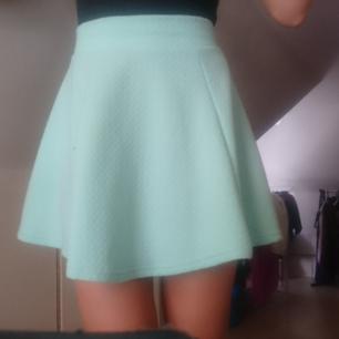 Mintgrön cirkel-kjol med dragkedja bak.