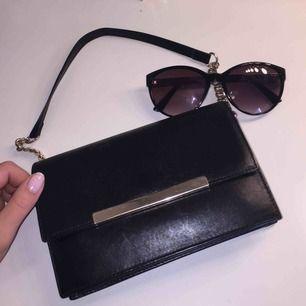 Svart handväska från Zara med guldkedja i otroligt fin och i bra kvalité. Vill du ha fler bilder eller ställa någons frågor är det bara att höra av sig.