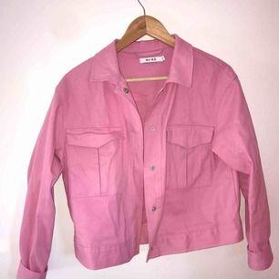 Rosa jeansjacka från NAKD i strl 36. Oanvänd. Köpare betalar frakt