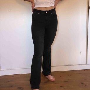 Svarta utsvängda jeans från bikbok. Jättesköna och bra kvalite! Frakt ingår inte i priset :)