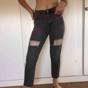 Gråa slitna jeans från boohoo, lite lösare i modellen. Något kortare. Bra kvalite och väldigt snygga. Frakt tillkommer