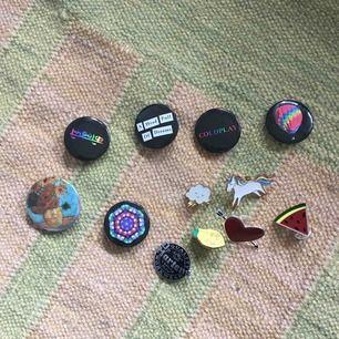 Diverse pins, några från Coldplays egna merch och några från lite olika ställen (monki bland annat) kan köpas separat för 10 kr styck eller alla för 80