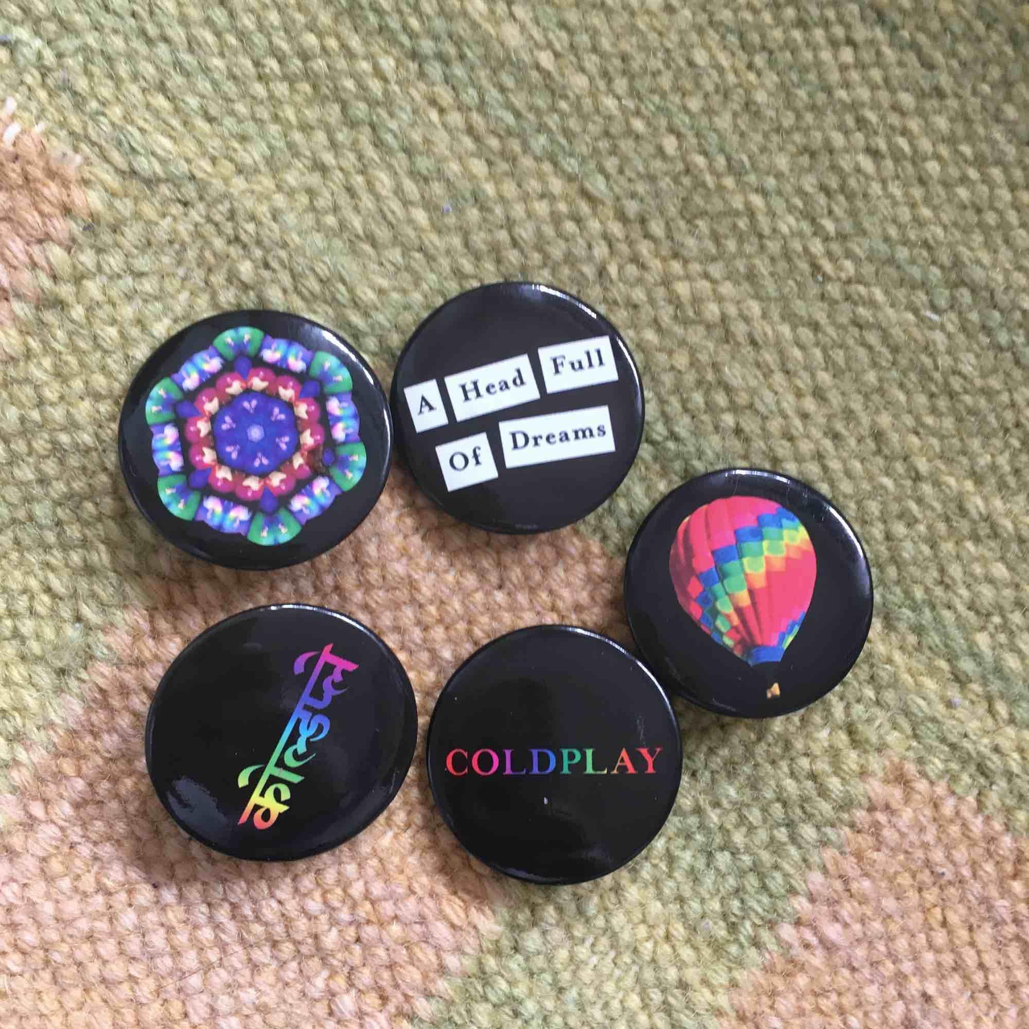 Diverse pins, några från Coldplays egna merch och några från lite olika ställen (monki bland annat) kan köpas separat för 10 kr styck eller alla för 80. Accessoarer.