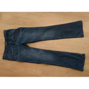 Enbart testade jeans, utsvängda nertill.