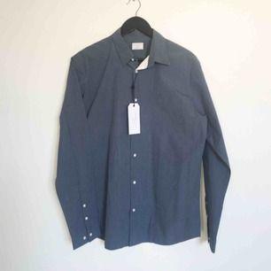 Snygg skjorta som tyvärr inte passade - färgen syns bäst på närbilden. Snygga stilrena sömmar och detaljer.  Stl L  Har Swish. Kan skickas. Djurfritt & rökfritt hem.