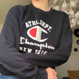 Supersnygg sweatshirt från Champion i marinblå färg, supermysig dessutom!!