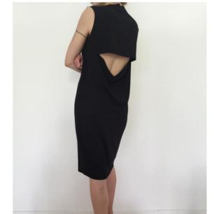 Svart minimalistisk klänning med öppen rygg från Weekday Collection i stl XS. Modellen heter Tao Dress. Använd ett fåtal gånger och i fint skick. Frakt 39 kr.