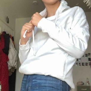"""Vit hoodie från Hollister med små """"hål"""" i sig. Knappt använd och är dessutom somrig :))"""
