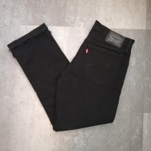 Levi's svarta vintage jeans i stl 34/34 köpta secondhand. Modell 531. Frakt 63 kr.