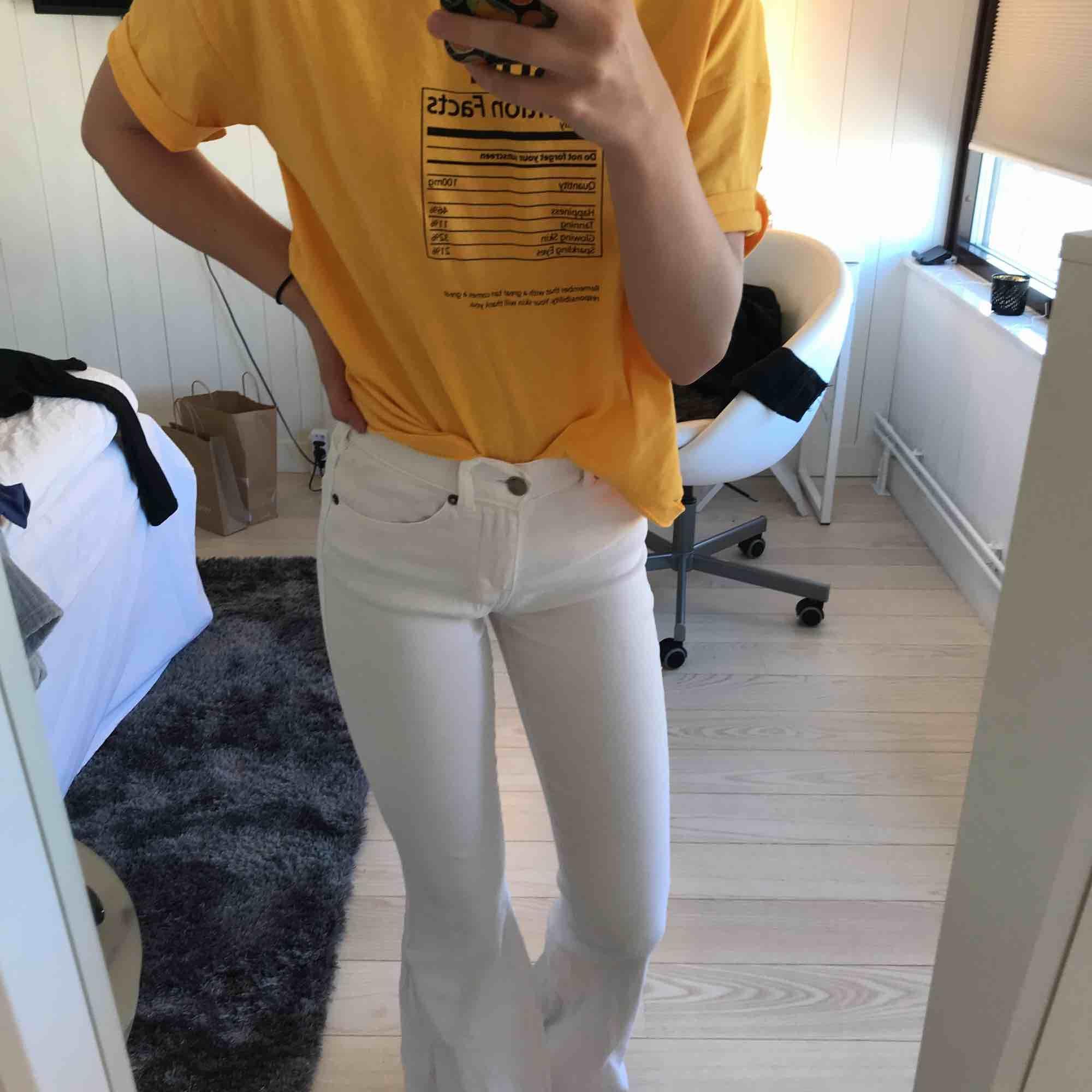 Ett par vita bootcut jeans från Salt i storleken XS/30. Är i bra sick och har bara använt dom en eller två gånger. Jag är 162 och är inte för långa eller för korta. . Jeans & Byxor.