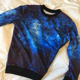 Jättefin tröja med rymd-motiv både fram och bak. Köpt på eBay, men knappt aldrig använd så i bra skick. Står ingen storlek men det är one-size!