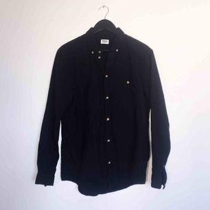 Snygg svart skjorta från Weekday i 100% bomull. Snygga bruna melerade knappar. Stl L  Har Swish. Kan skickas. Djurfritt & rökfritt hem.