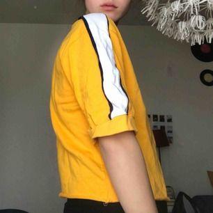 Supersnygg gul lite annorlunda tröja från Bershka! Aldrig använd!