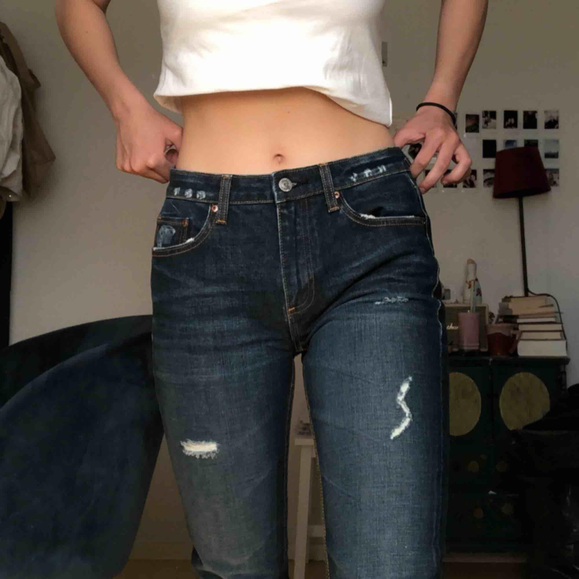 Supersnygga jeans från Levi's, aldrig använda för de är lite långa för mig. Är 1,70. De är rätt tighta!. Jeans & Byxor.