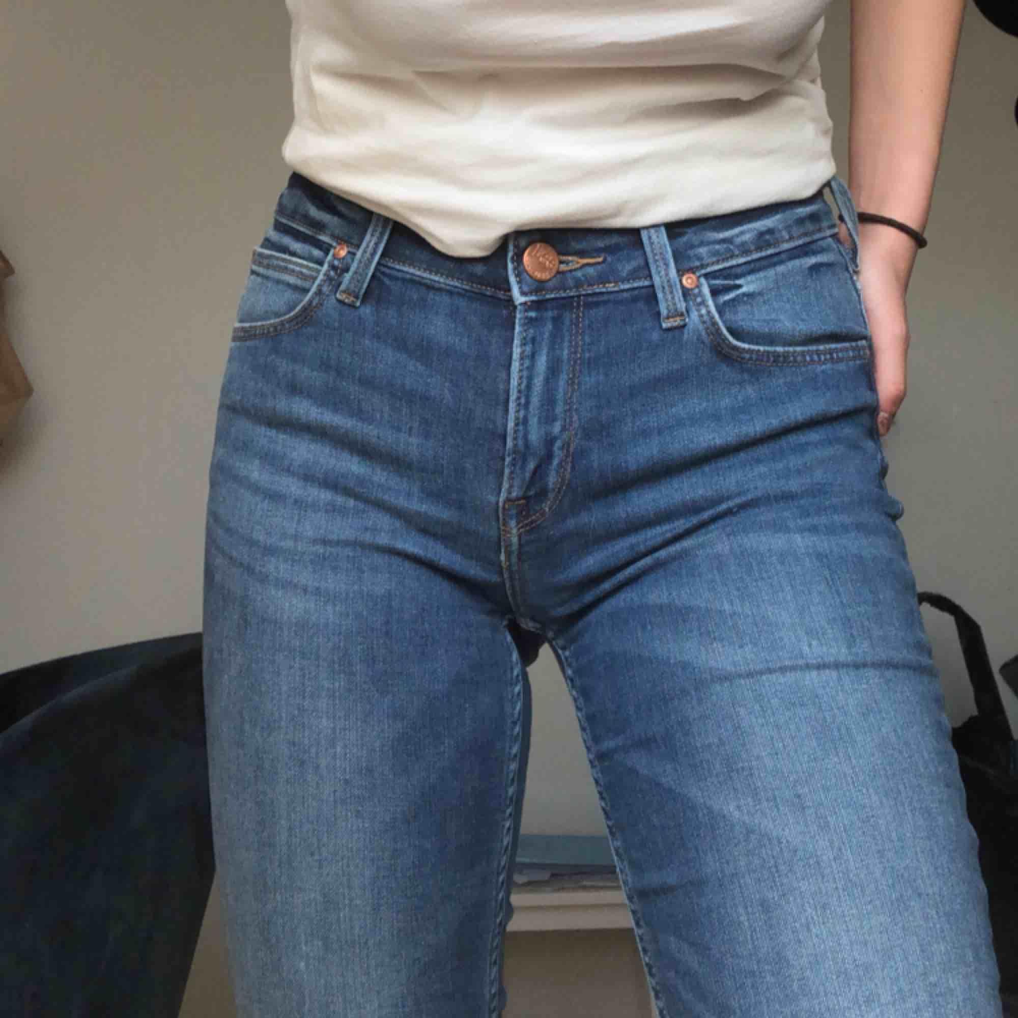Snygga jeans från Lee, de är tighta och passar 1,65-1,70cm. Härligt material . Jeans & Byxor.