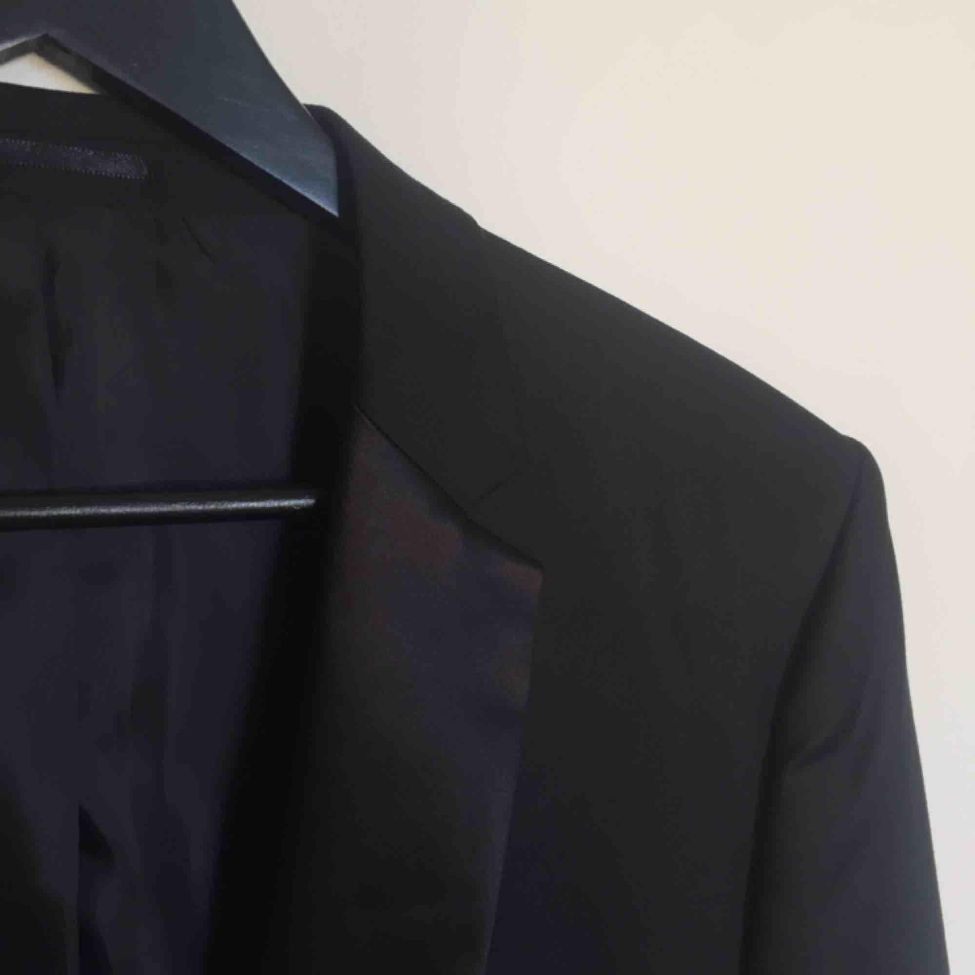 Stilren kavaj från Selected Homme Identity Collection. Detaljer i mer glansigt tyg. Två vanliga fickor och en bröstficka framtill, samt en ficka inuti. Extra klädda knappar medföljer. Använd en gång.  Har Swish. Kan Skickas. Djurfritt & rökfritt hem.. Kostymer.